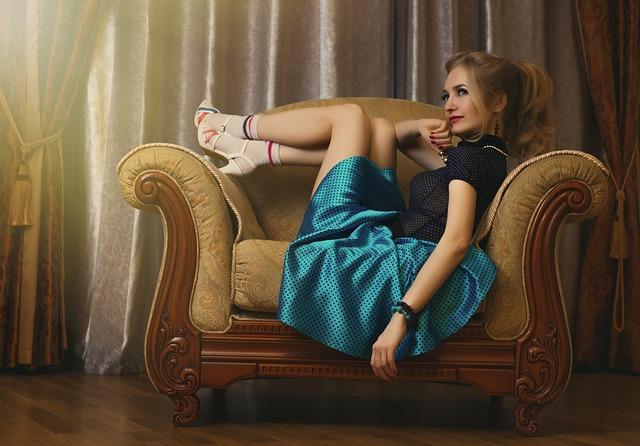 Mädchen mit oldschool Kleidung